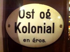 Ost og Kolonial en gros. Porcelænsskilt på museum - IKKE til salg!