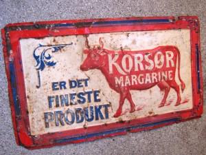 """- et meget gammelt 18 x 32 cm blikskilt med reklame for KORSØR Margarine - og ikke en tropisk løve men en """"mejeririgtig"""" ko ;)"""